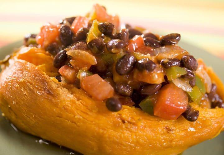 Patate douce au four, sauce salsa aux haricots noirs