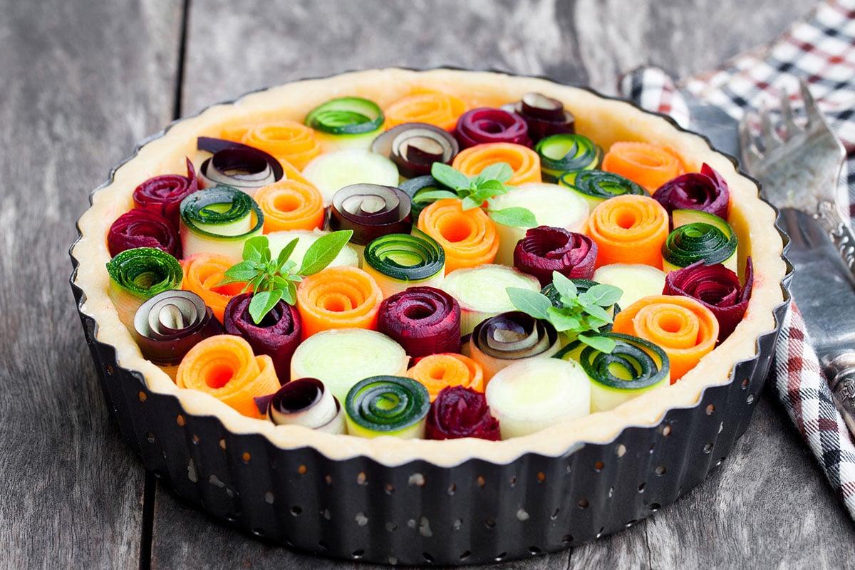 Tarte aux légumes multicolore